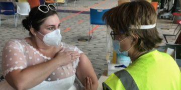 mujer llega vestida de novia para vacunarse contra el COVID-19