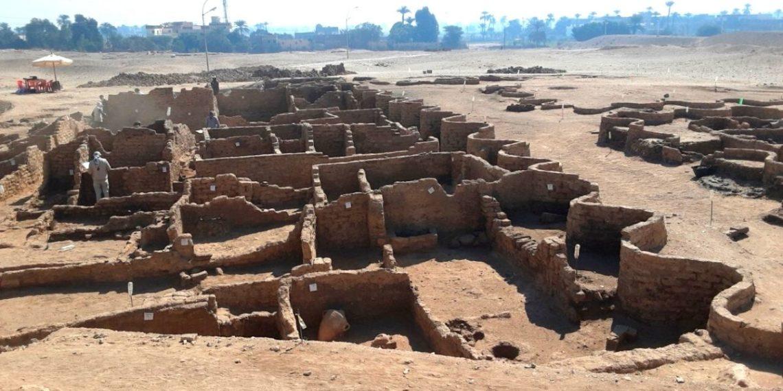 ciudad perdida debajo de la arena de Egipto