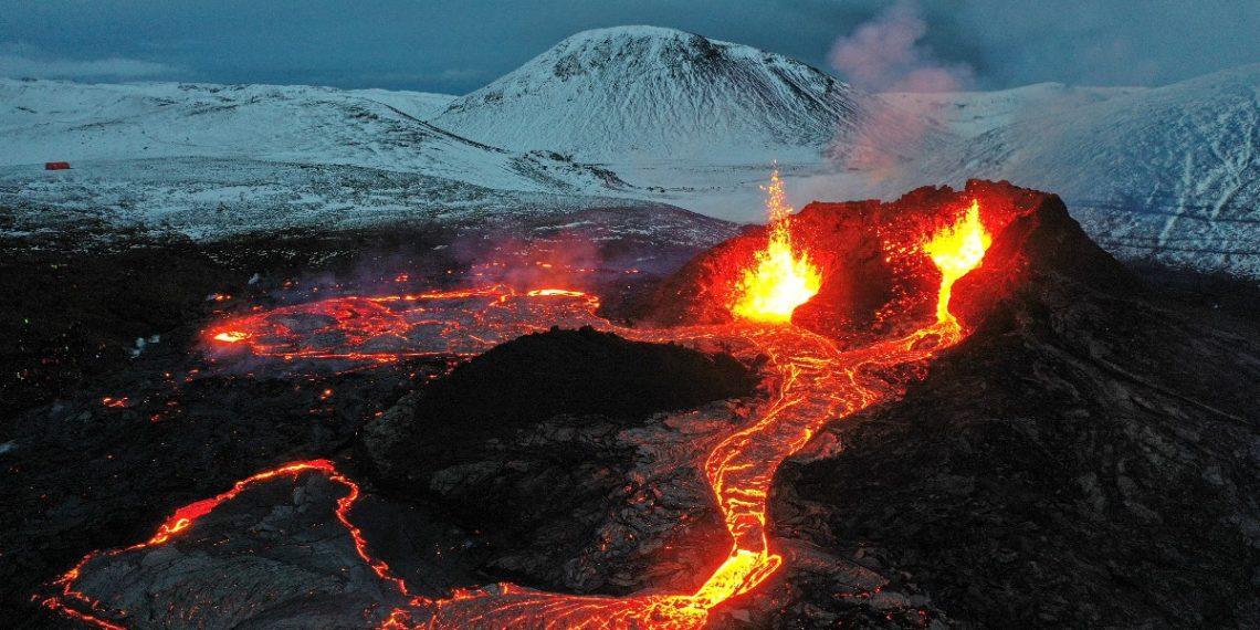 El volcán de Reykjanes llama la atención a turistas del mundo. Fuente: AFP
