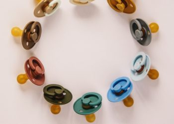 Balenciaga y Versace traen de regreso los accesorios de chupetes y de letras en cubos de los 90