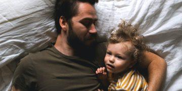 Dile adiós al sueño: padres no duermen bien hasta 6 años después de tener un bebé, según estudio