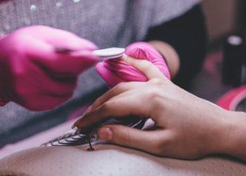 Mujer con las uñas más largas del mundo decide cortárselas después de casi 30 años