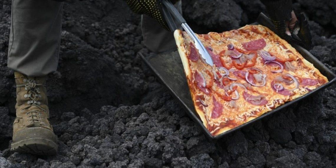 Hornean una pizza en la lava expulsada por el furioso volcán Pacaya