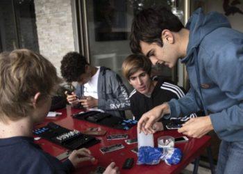 Joven repara celulares y se los regala a niños para que puedan ver sus clases