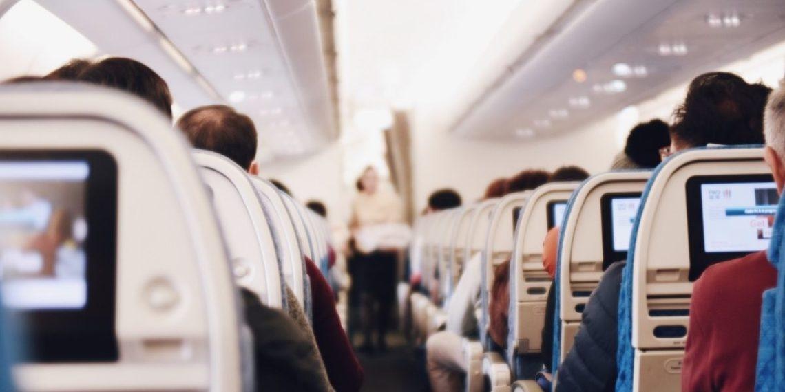 Pareja se casa en un avión para evadir las restricciones del COVID-19