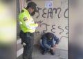 policía regala sus botas a un migrante
