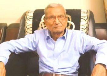 abuelo cede su cama del hospital en India