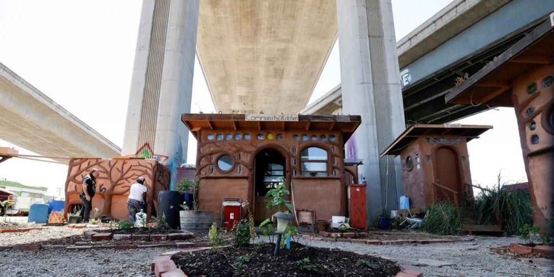 Familias sintecho construyen un pueblo bajo una autopista de Estados Unidos