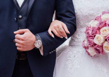 Hombre con alzheimer le pide matrimonio a su esposa al olvidar que ya estaba casado