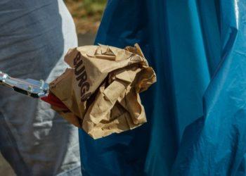 Hombre encuentra 62 hojas de vida en la basura y entrego estos currículums a algunas compañías para buscarle trabajo