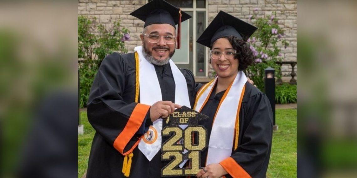 Padre se gradúa con su hija de la universidad