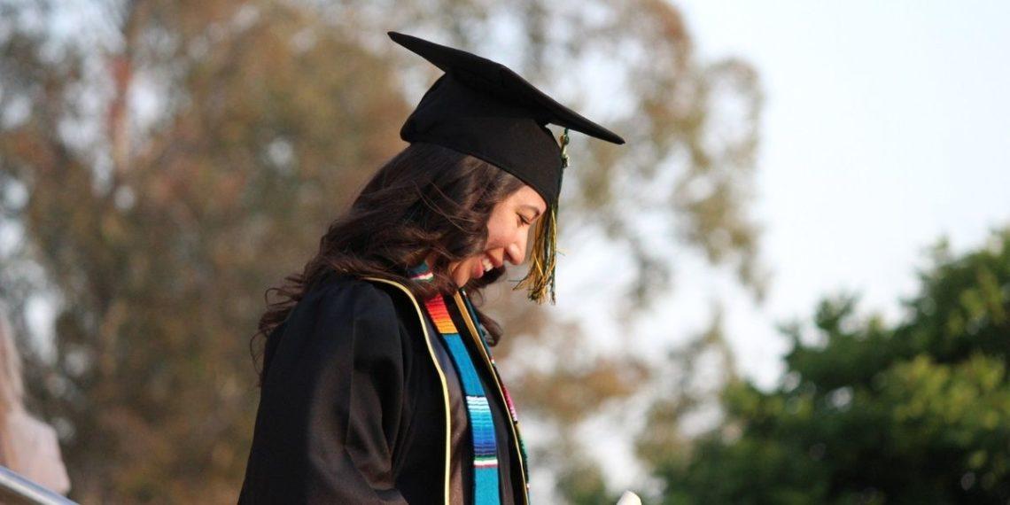 Ginny Burton, la mujer que superó las drogas y se graduó de la universidad