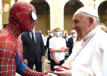 Spiderman visita al Papa Francisco