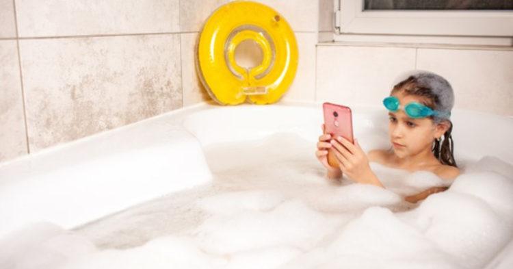 4 trucos para recuperar el celular que se cayó al agua sin usar secadores ni arroz