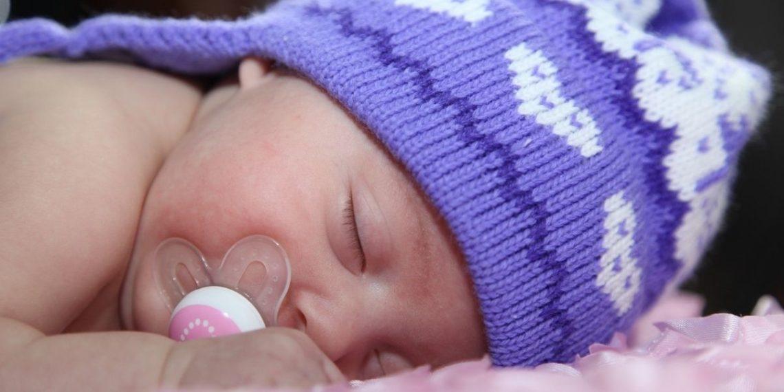 La abuela Jeanie Shaffer ha confeccionado gorros para bebés