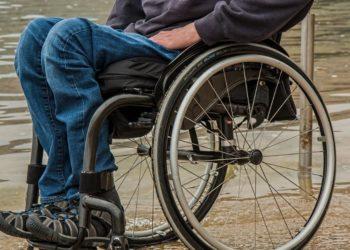 Padre construye exoesqueleto a su hijo en silla de ruedas para caminar
