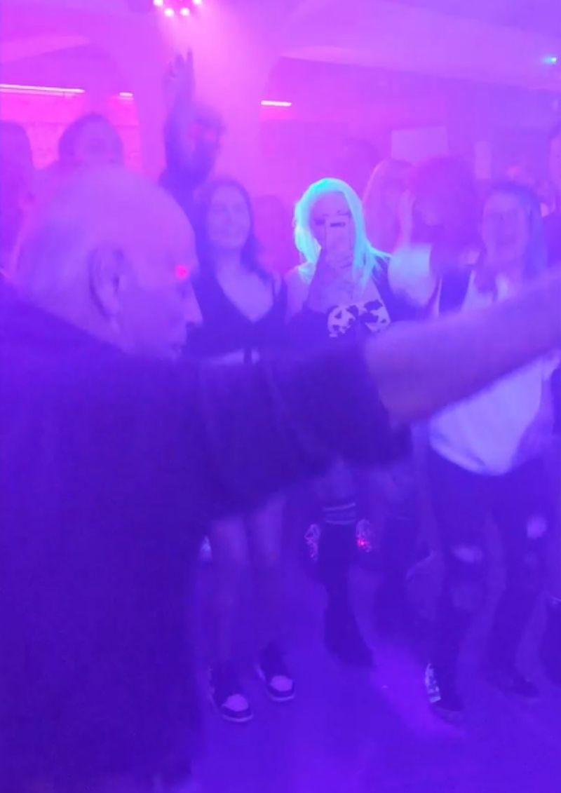 Abuelo bailó canción de Linkin Park