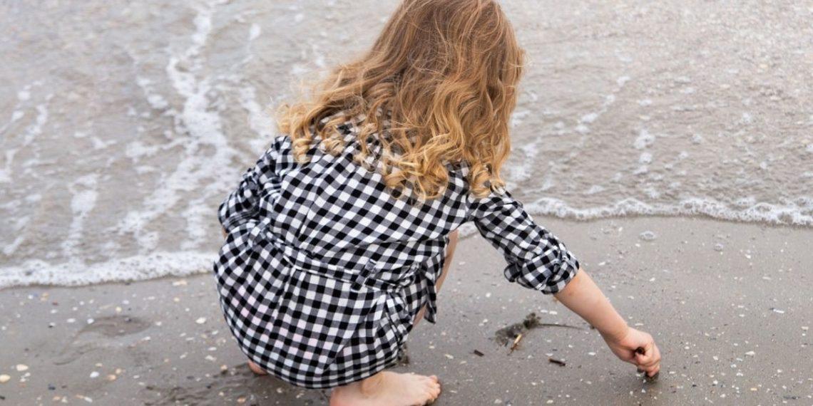 Nina Gomes, la niña ambientalista de cuatro años que limpia los desechos plásticos del océano. Foto: Pixabay