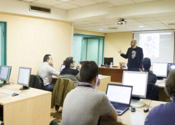 Profesor es criticado tras decir comentarios homofóbicos en su clase. Foto: Pixabay