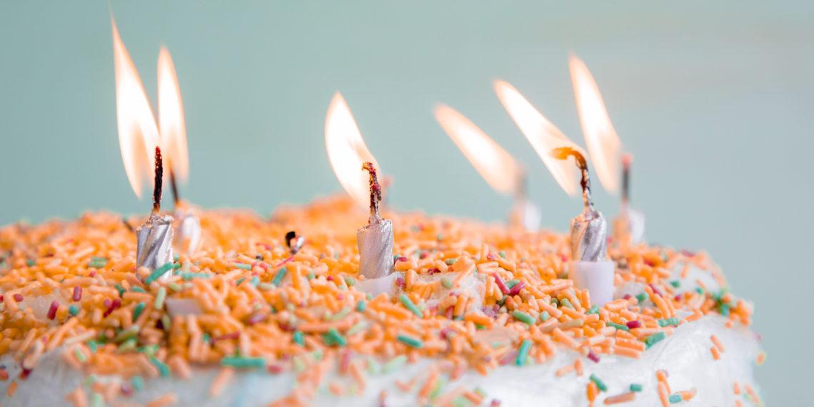Madre ofrece lavar ropa a mano en redes para comprarle un pastel de cumpleaños a su hijo de 5 años