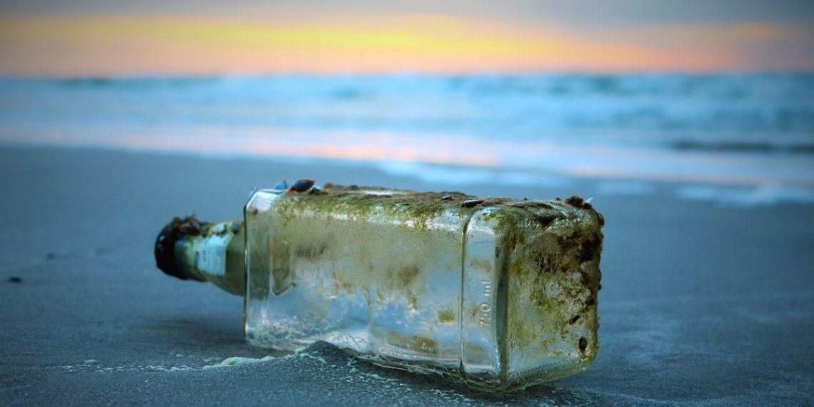 botella que fue lanzada al océano hace 37 años por unos estudiantes en Japón