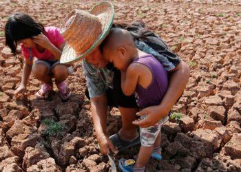 Los niños tendrán que soportar durante su vida siete veces más olas de calor por el cambio climático. Foto: EFE