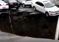 Vehículos se hundieron en un sumidero