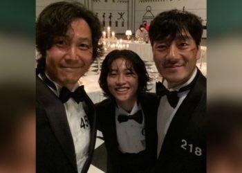 HoYeon Jung con sus compañeros de set en 'El juego del calamar'. Foto: Instagram @hoooooyeony